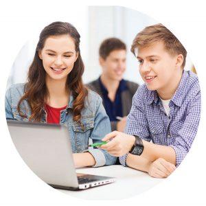 נער ונערה יושבים, מביטים במחשב ומחייכים